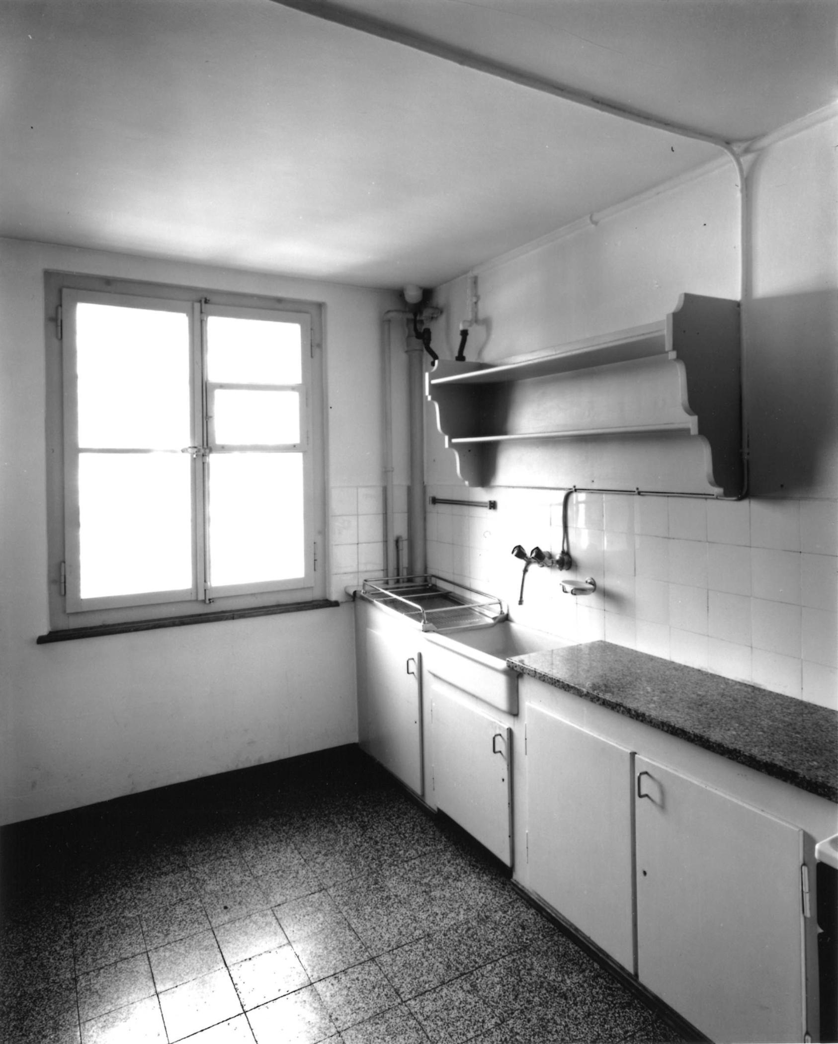 Abb. 20  »Ein Schmuckkästchen ist die Wohnküche (weiß gekachelt) in der nach hiesiger Sitte Alles eingebaut. Buffet [sic], Schrank, Anricht[e], Bank, Spültisch. Dann noch Gasherd u. d. Ofen der Etagenheizung. Und unzählige Regale bis zur Decke. Von uns steht nur 1 Tisch u. Korbsessel drin u. es ist unser tägliches Esszimmer. Maße: 4,06 x 2,76.« (Brief von Lily Klee an Gertrud Grohmann, Bern, 27. 6. 1934, Autograph, Will-Grohmann-Archiv, Staatsgalerie Stuttgart).Foto: Iris Krebs, Nov. 2003  © Zentrum Paul Klee, Bern Bildarchiv