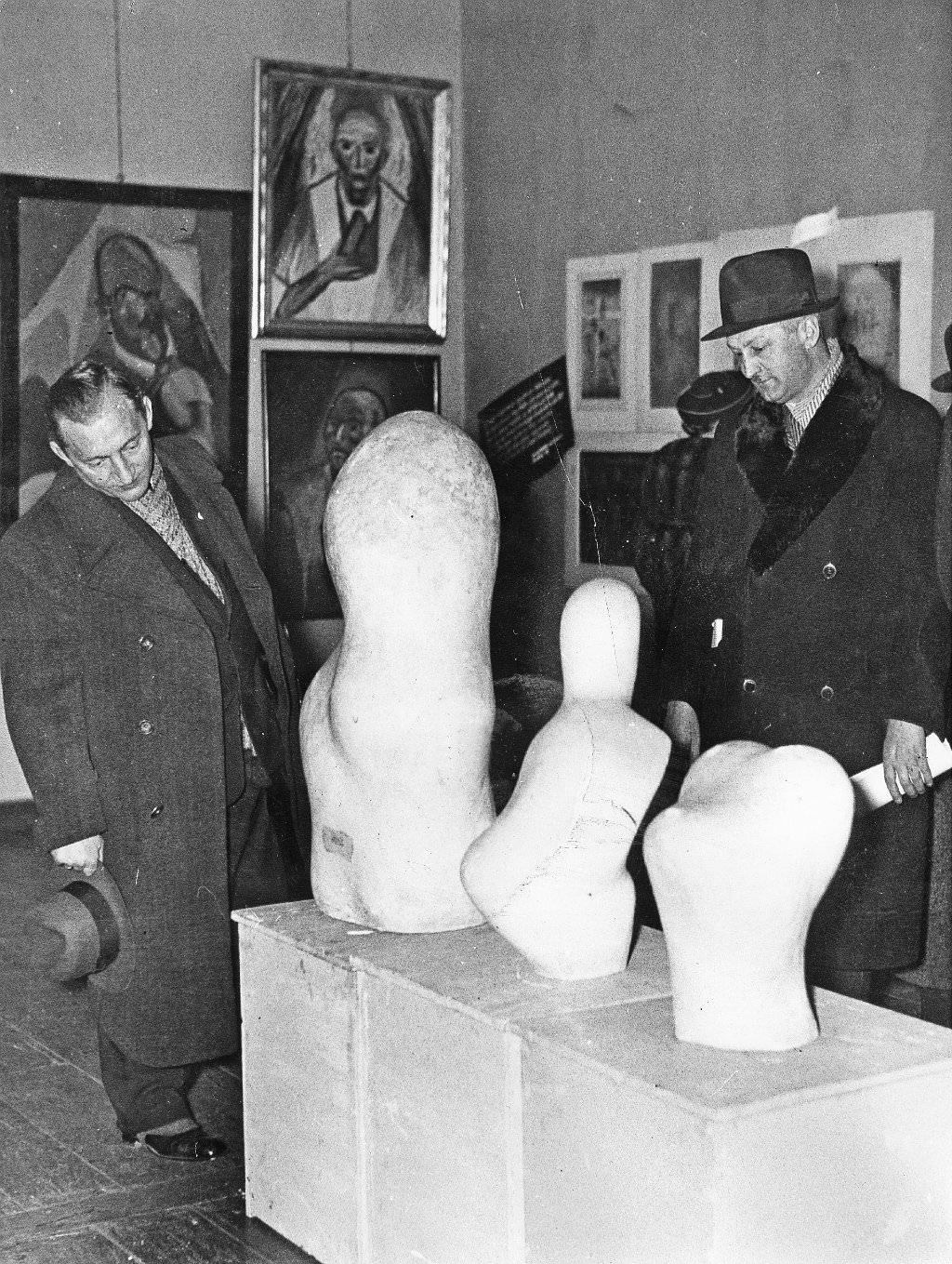Abb. 18  Blick in die Ausstellung »Entartete Kunst«, Berlin 1938  © Zentrum Paul Klee, Bildarchiv