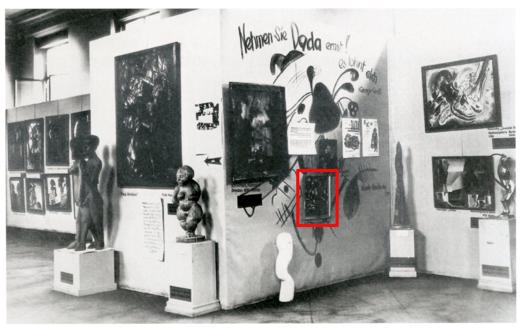 Abb. 12  Blick in Raum 3 im Obergeschoss der Ausstellung »Entartete Kunst«, München 1937, mit der sogenannten »Dada-Wand«  © Zentrum Paul Klee, Bildarchiv