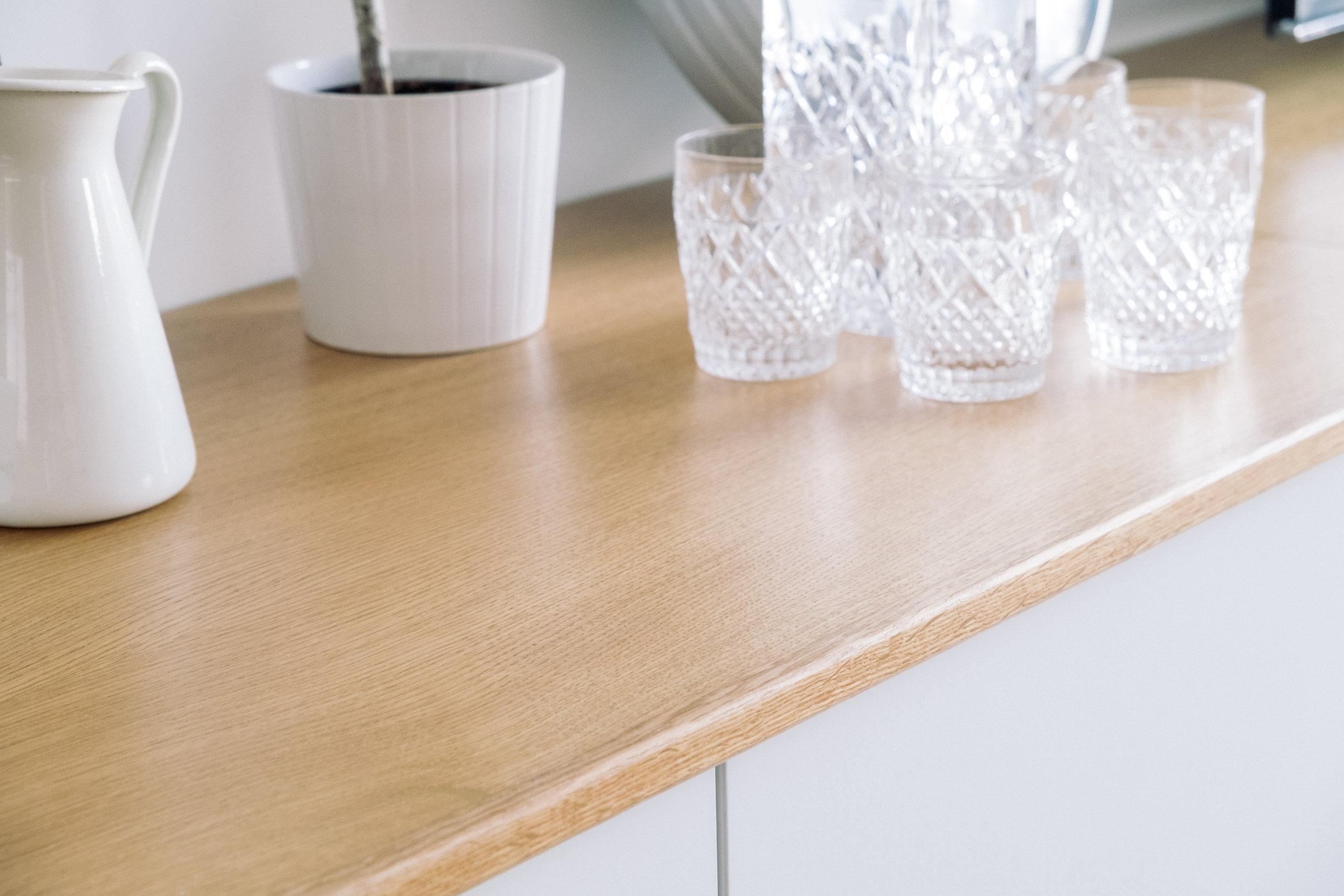 La madera de roble y el color blanco son las dos texturas que se combinan en toda la vivienda.