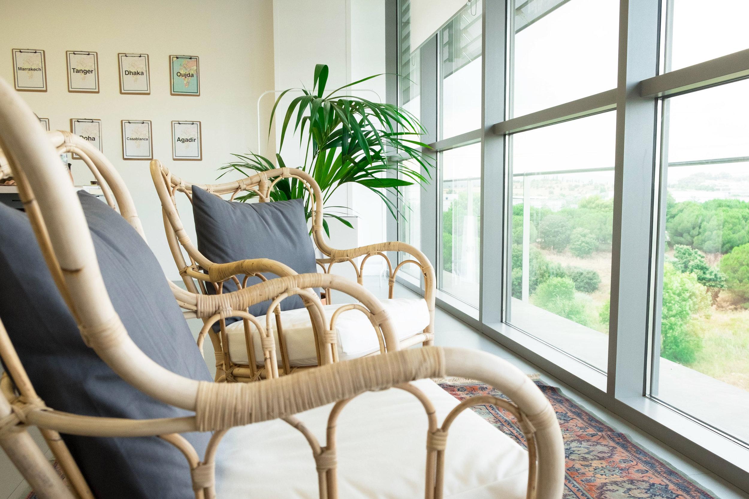 Las plantas favorecen la creatividad y con un par de butacas para disfrutar de las vistas se crea un rincón para reuniones distendidas, combinado con una alfombra marroquí.