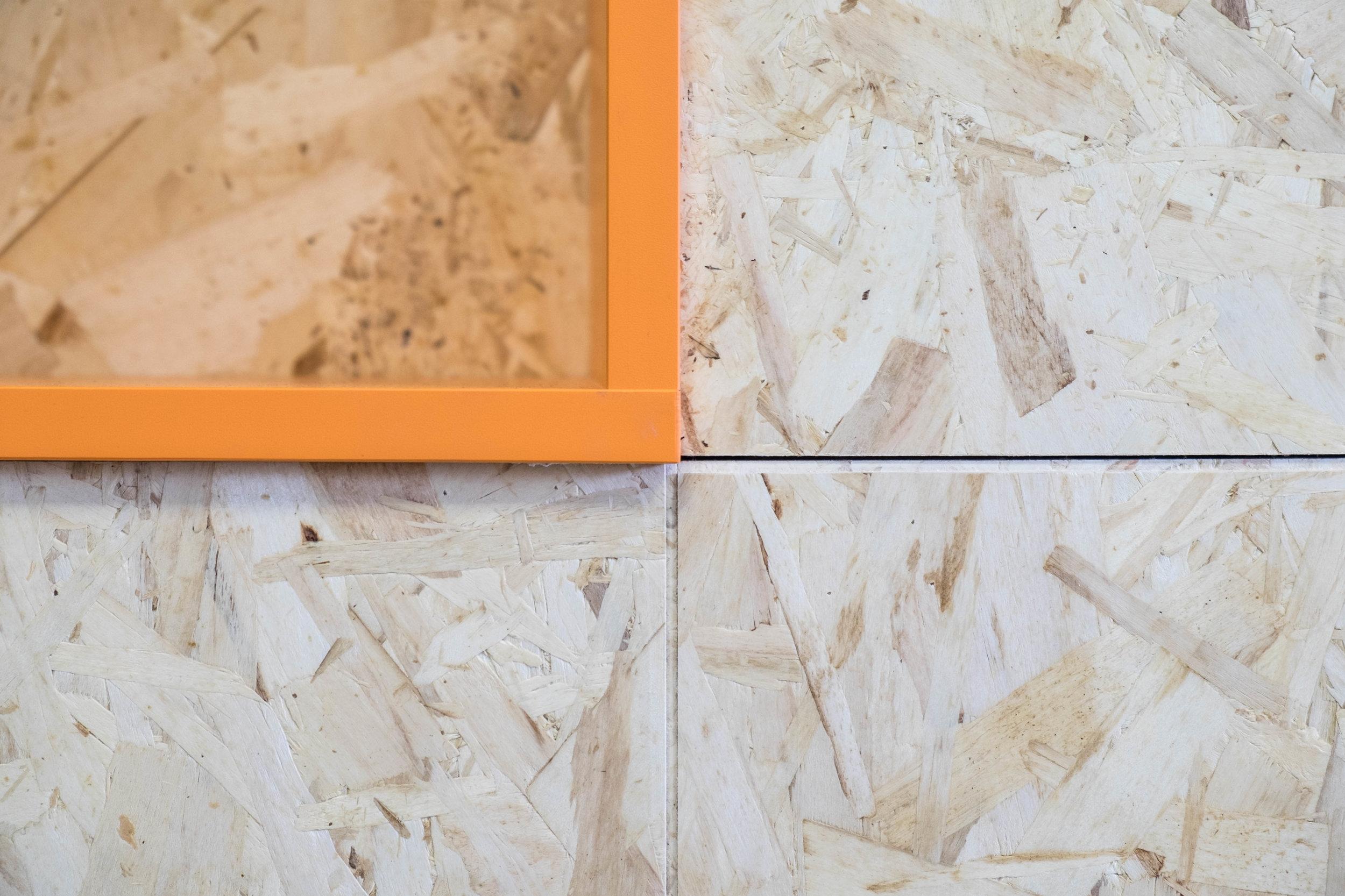 Los paneles OSB y el Dm lacado con los colores corporativos son los materiales usados