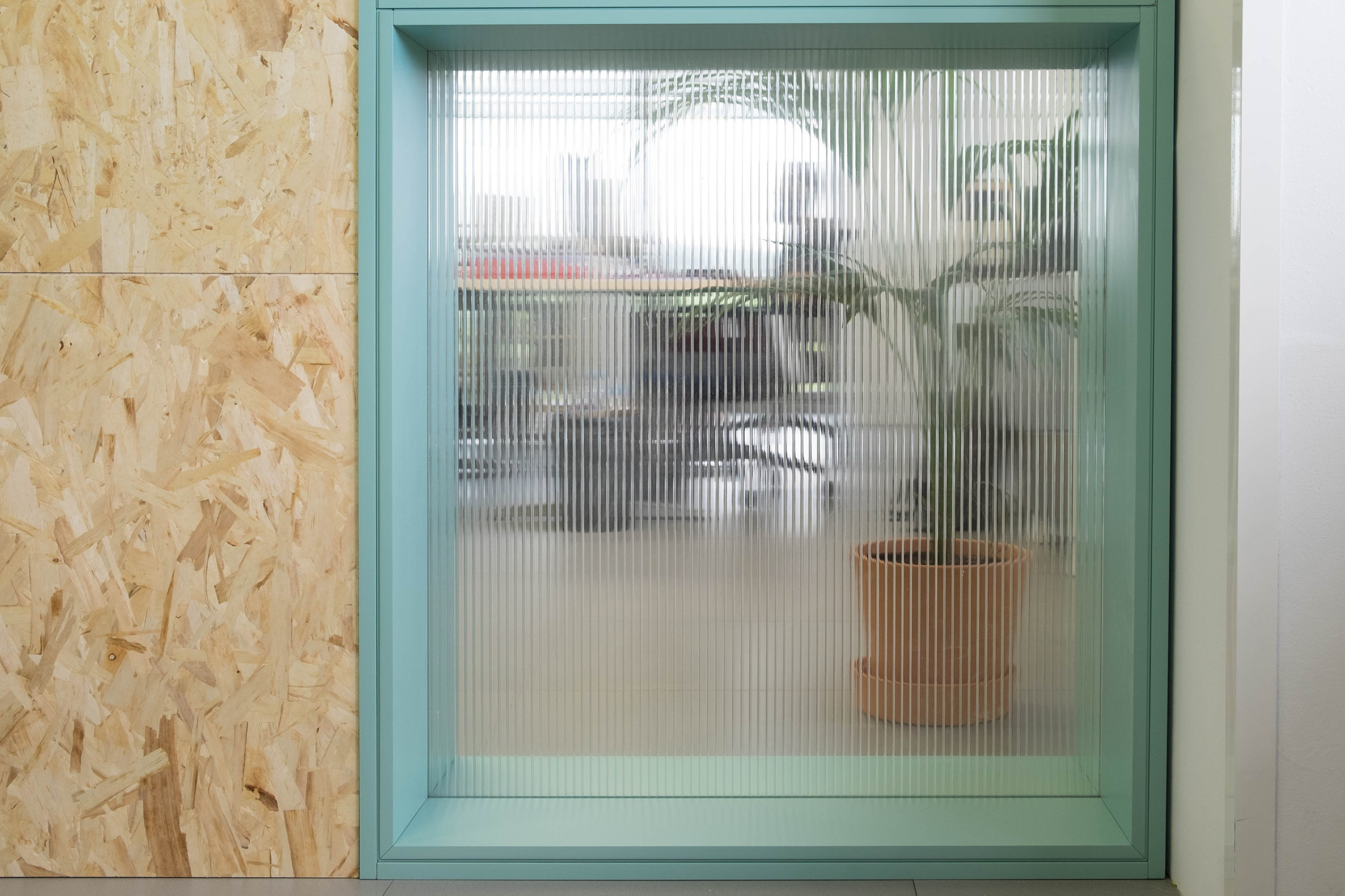 El panel de policarbonato nos da un juego de transparencias y aporta luminosidad al interior de la sala de reuniones.