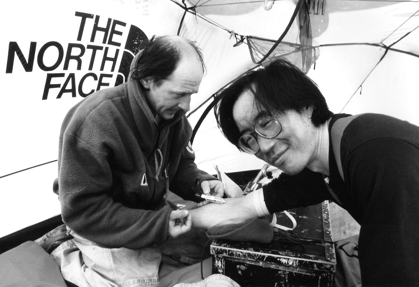 Dr. Jean-Louis Etienne takes blood samples from Qin Dahe as part of his study for the European Space Agency.©Trans-Antarctica-Per Breiehagen