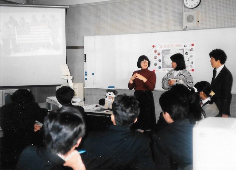 Cathy de Moll visits a school in Nara, Japan, to talk about the Trans-Antarctica Expedition,November 1989. Photographer: Yukio Kondo