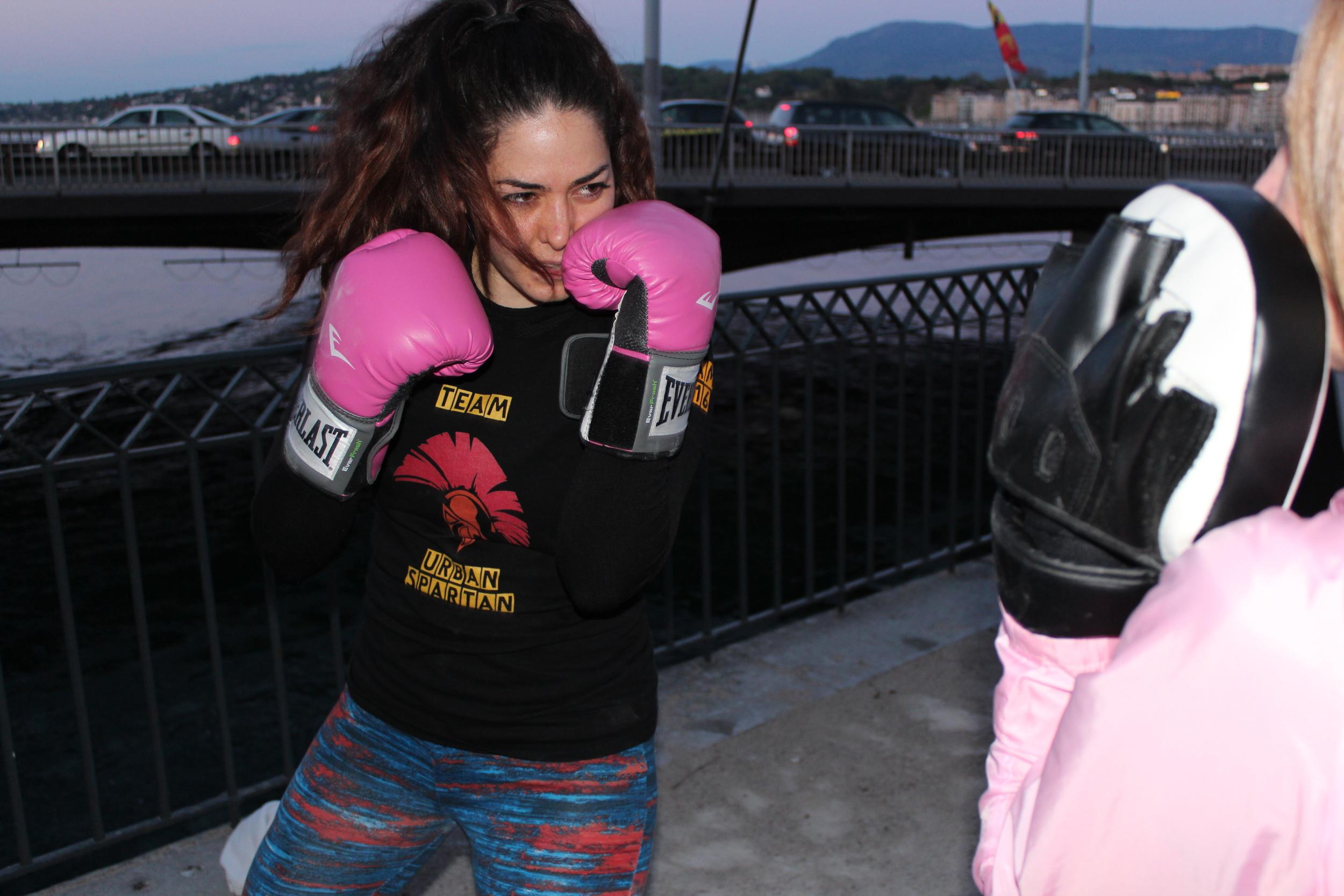 """""""La boxe m'a toujours intéressée mais je n'avais jamais eu le courage d'essayer. Ensuite mon fiancé m'a parlé du cours de Cardio Boxing et voilà, maintenant j'adore ce cours ! Il me pousse à me dépasser et j'apprécie énormément la bonne humeur et la convivialité entre tous.""""   Julie, 28 ans, pratique le BodyStep, RPM et le jogging."""