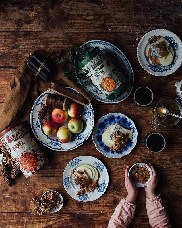 Paid collaboration with @wasabrod  It doesn't get more cosy than this, early morning, fresh coffee and the bread that swedes grew up with. Love Wasa's christmas edition with cardamum and cinnamon. Have a wonderful day ahead!  In swedish: Det blir inte mysigare än såhär, tidig morgon, nybryggt kaffe och brödet som vi svenskar växte upp med. Älskar Wasas jul edition med smak av kardemumma och kanel. Önskar er en härlig  dag!  #Wasa #knäckebröd #kardemummaknäcke #kanel