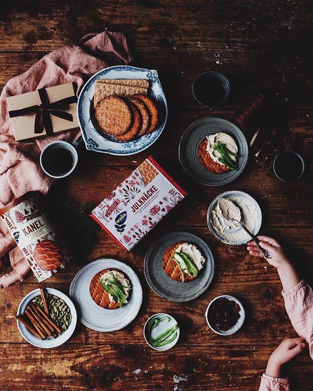 Paid collaboration with @wasabrod  Another dark and moody day outside but we're sipping coffee and getting into the right spirit with some crispy bread from Wasa. This will be a busy day, bur first, let's have a snack on this.  In swedish: Ännu en mörk och murrig dag ute, vi dricker kaffe och försöker att komma i rätt stämnings, tillsammans med knäcke från Wasa. Idag har vi fult upp, men först ska vi njuta av detta.  #Wasa #knäckebröd #julknäcke #kanel