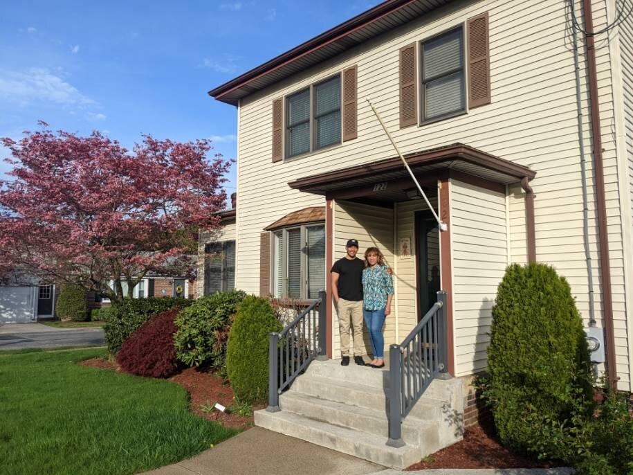 玛尔塔和她的儿子埃里克,在他们新家的前廊