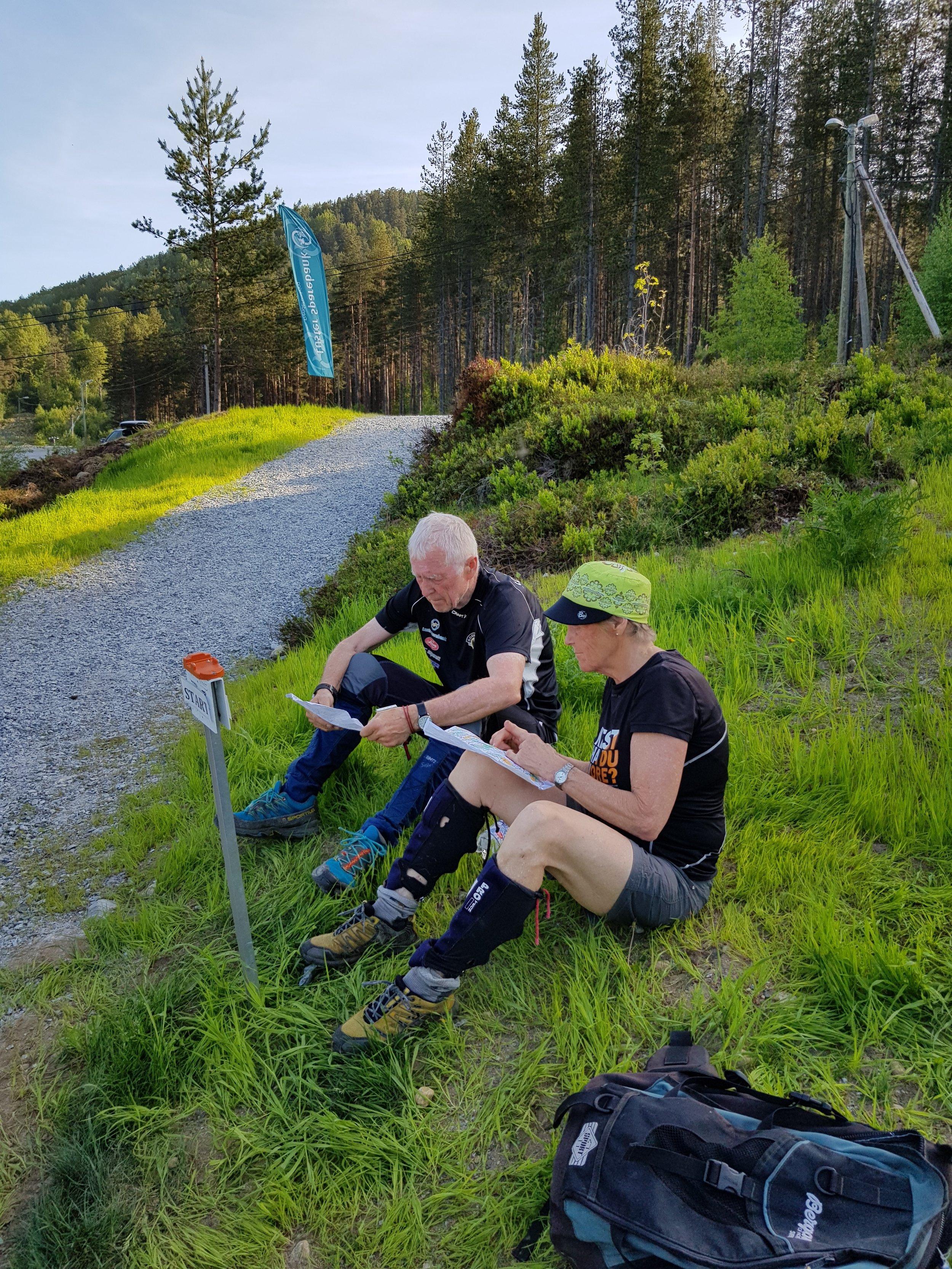 Orientering for fleire generasjonar! Jorunn og Torbjørn diskuterer løypa etter fullført løp