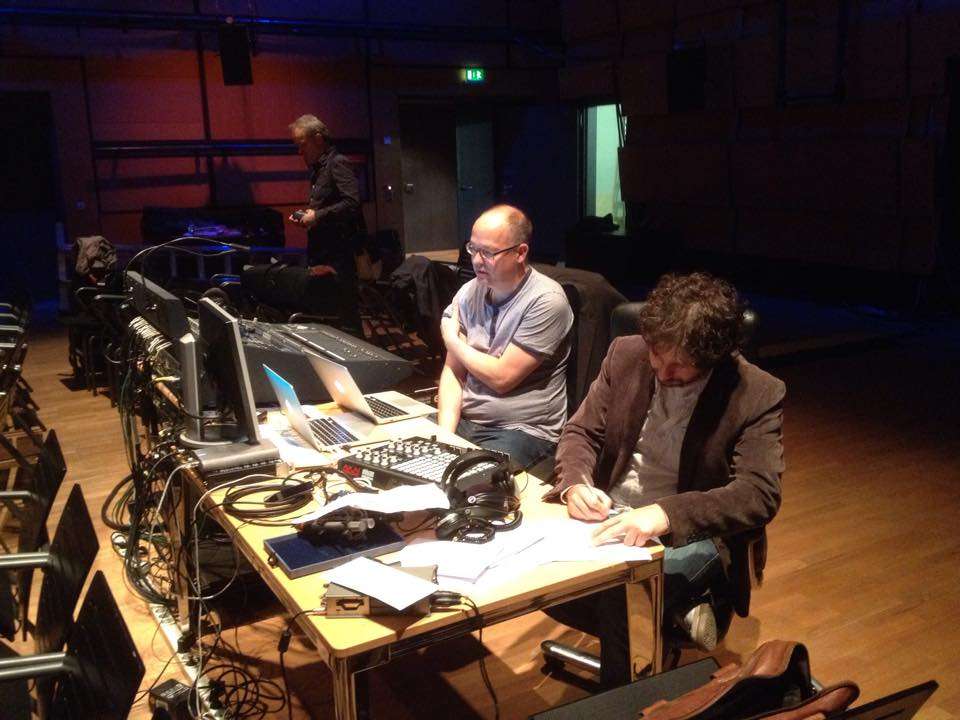 Holger Stenschke (Live Elektronik) & Till Fabian Weser (BB&B) im Kubus des ZKM bei der Probe (v.r.n.l.)