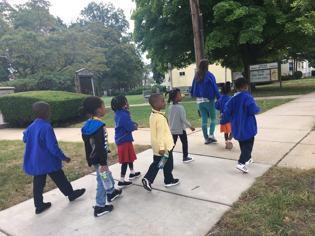 Last Friday, the students ventured outside the classroom walls to introduce themselves to the community. Along the way, they said good morning to many people, including residents, construction workers and police officers. The students were encouraged to quietly look around to notice the surroundings of the neighborhood.