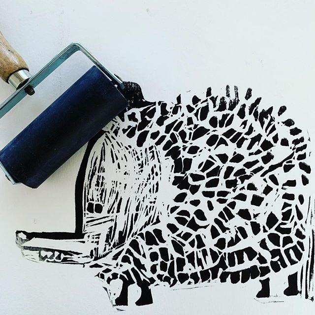 Estampa de Munduko puzkerrik handiena . Proyecto artístico de @haizeairatzoki #proyecto #investigacion #laboratorio #tecnica #procedimiento #experimentacion #arte #laeducacionartisticanosonmanualidades #elcuervoblancoart #love #art #conocimientoinfinito #desarrollopersonal #desarrollointegral #factoria #composicion #estampa #grabado #tinta #tecnicaartesanal #tradicion #accesible #actual #niños #taller  #pamplona #iruña #ansoain #itxasorazquin