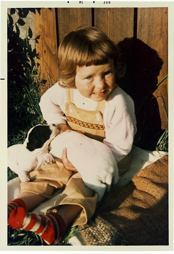 Jeg for mange, mange år siden. Dette er det første minnet jeg husker. Varm sol i ansiktet. Røde og hvitstripete sokker på føttene. Og ikke minst: Klappane! De nyfødte hvalpene som Pointeren vår hadde født. Lykke!