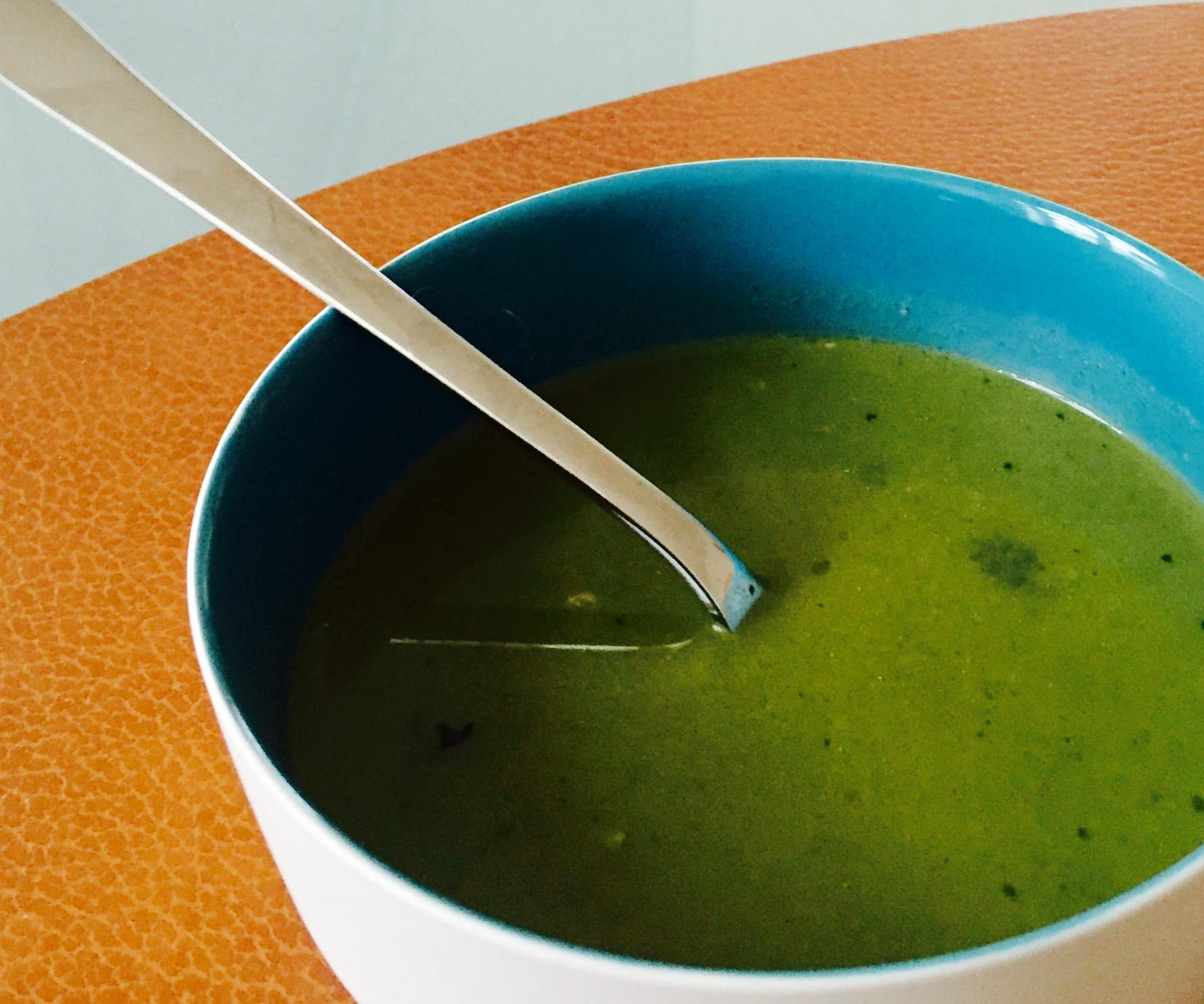 En forkjøla meg lager denne Grønnkålsuppa full av vitaminer som jeg spiste til lunsj før jeg skulle på trening. Ved siden av grønnkål, består suppa av hvitløk, chili, ingefær, buljong og sitron. Og suppa ble faktisk god!