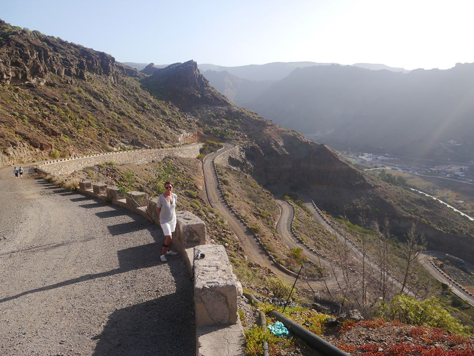 Året etter, våren 2014, er vi kommet til Mogan. Denne gangen går morgenturene oppover fjellet, en smule lenger for hver dag, nok en nålesving passert.På det lengste kommer jeg halvveis opp nålesvingene. Foto: Bente Cecile Bergan.