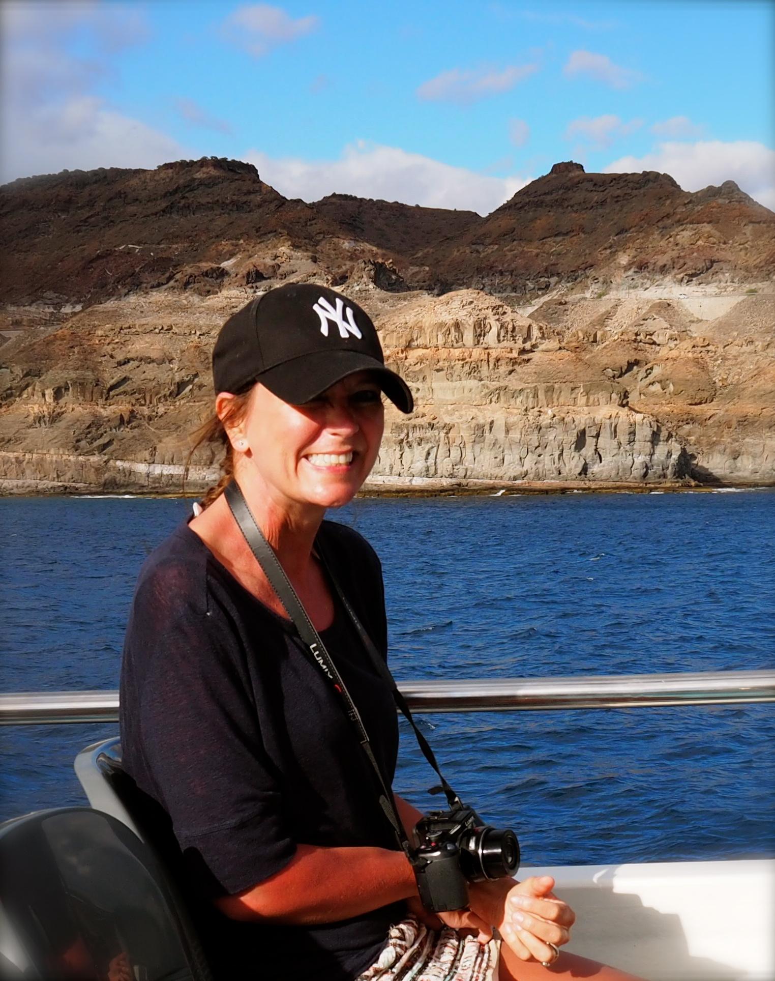 Skrekkblandet fryd! I 2015 tok også Bente og jeg den halvtimes turen det tar mellom Mogan, som vi kom ifra, til Puerto Rico. Det er min første båttur, musklene på min høyre side skjelver av angst da jeg skal gå ombord på den smale gangbroa, men det det gikk!