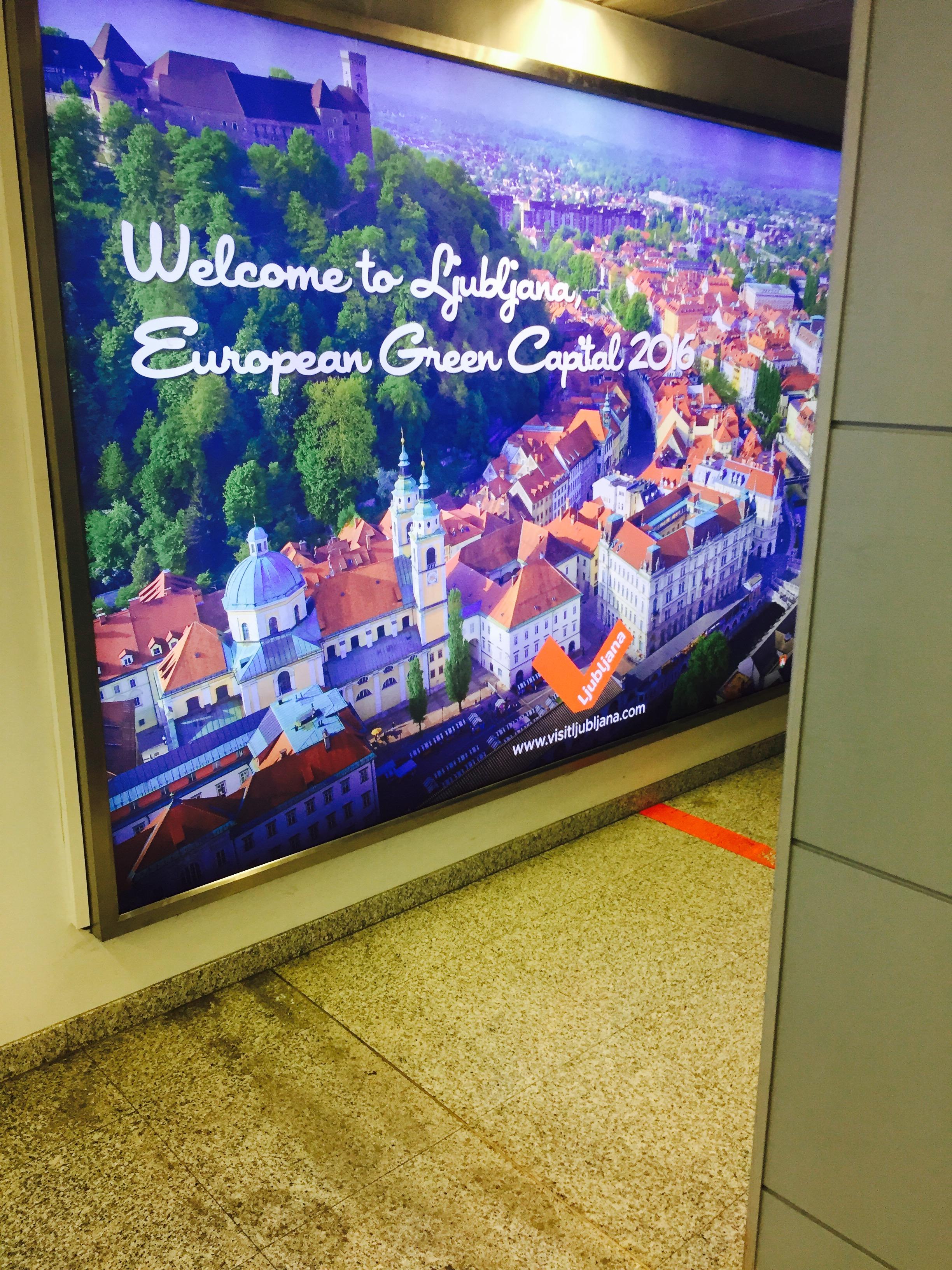 Her er byen avfotografert på poster hengende i ankomstterminalen på flyplassen.