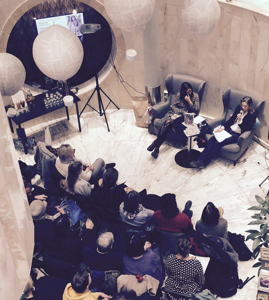 """Bokbading! Forlagsredaktør Mona Ringvej intervjuer meg, før skuespiller Tiril Pharo avslutter det hele med opplesing av diktet """"Du skal"""". Foto: Pelle Knudsen."""