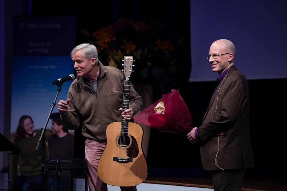 Generalsekretær i LHL Hjerneslag, Tommy Skar, takker Jan Schwenche.Foto: Christopher Olssøn.