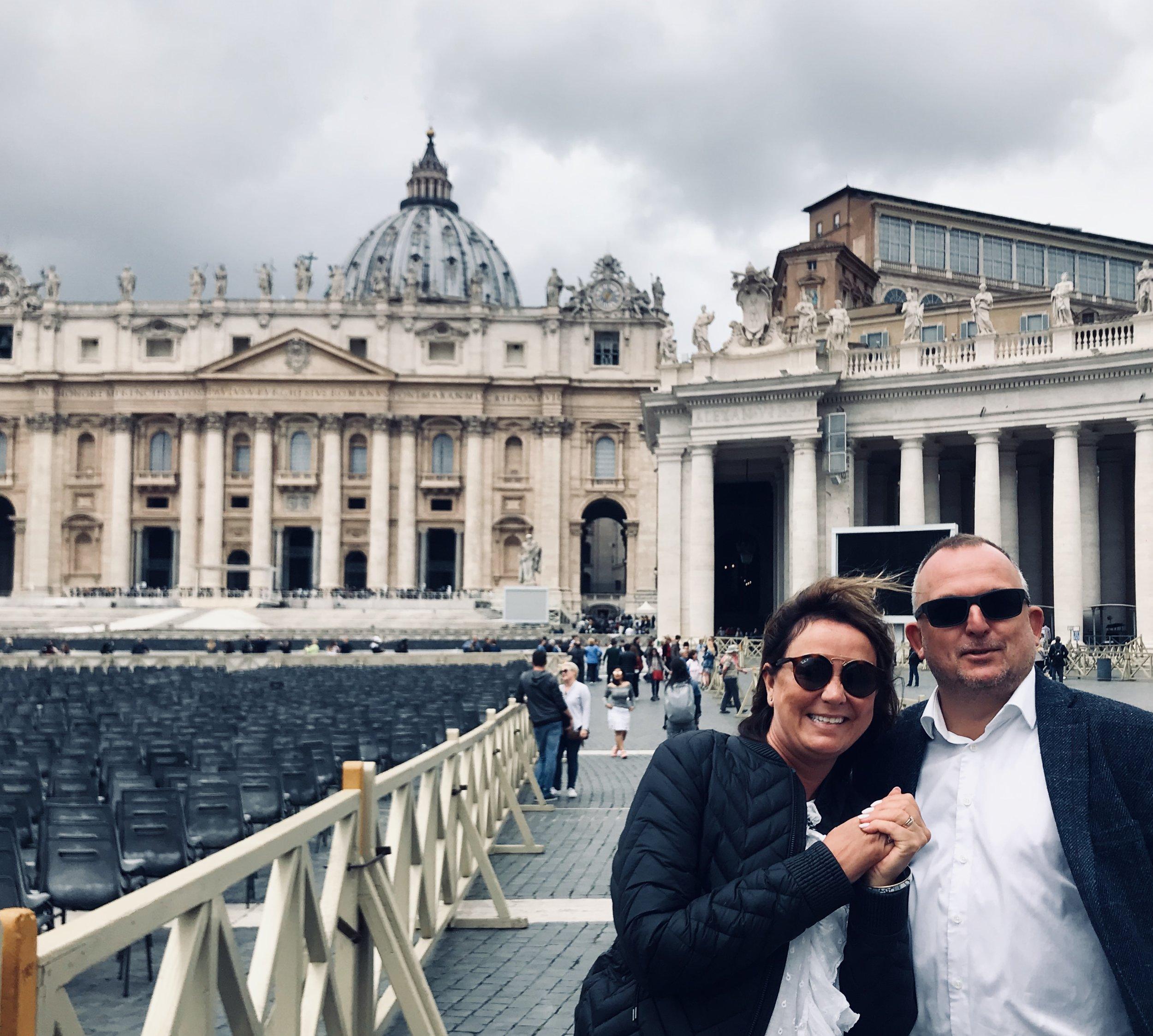 På Petersplassen foren Vatikanet sammen med kjæreste-mannen.