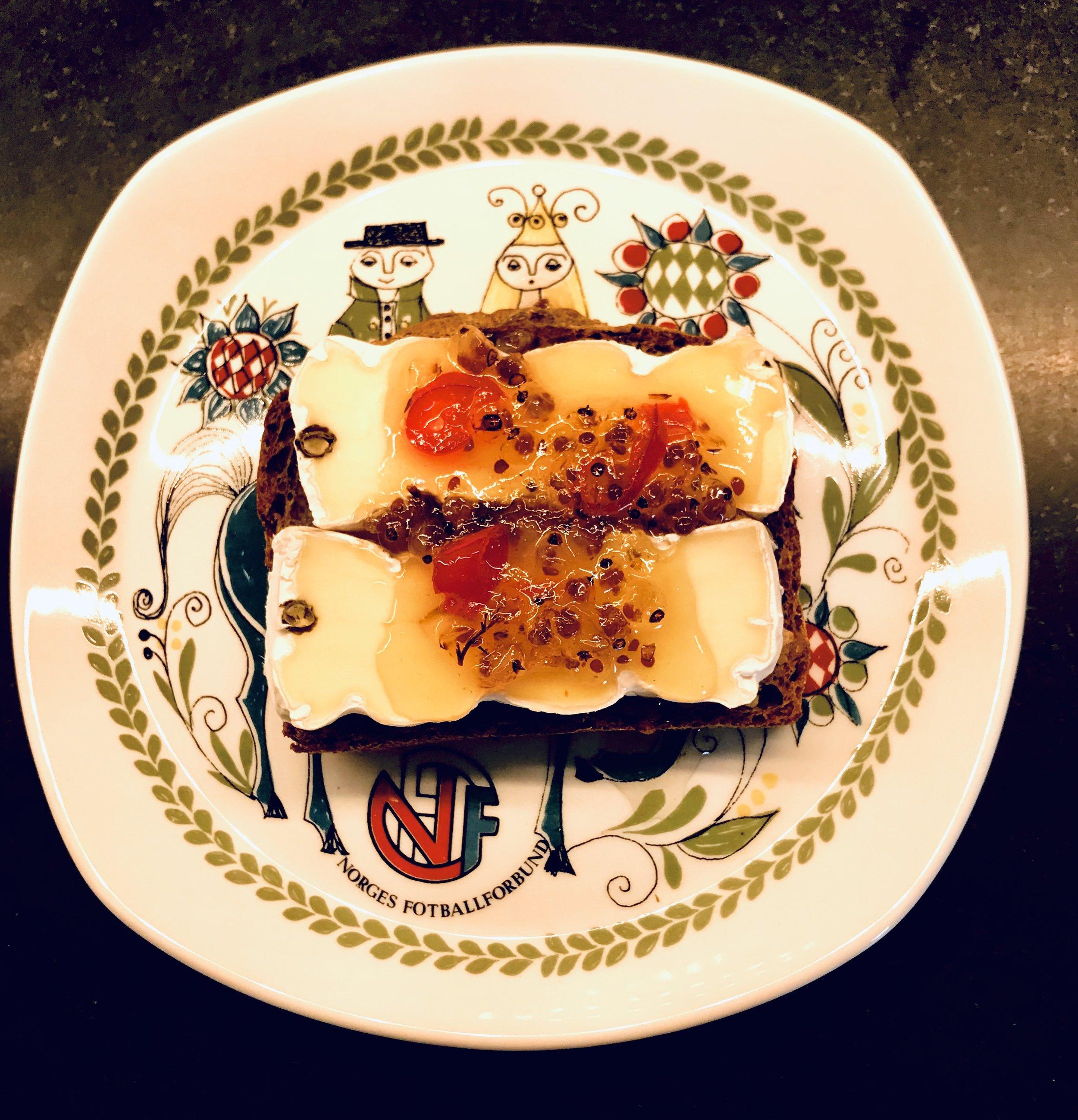 Dette ble lunsjen i dag! En skive grovbrød, og en god brie med ripsbærgeleen på toppen. Det var steikje godt, som de sier på Sunnmøre.