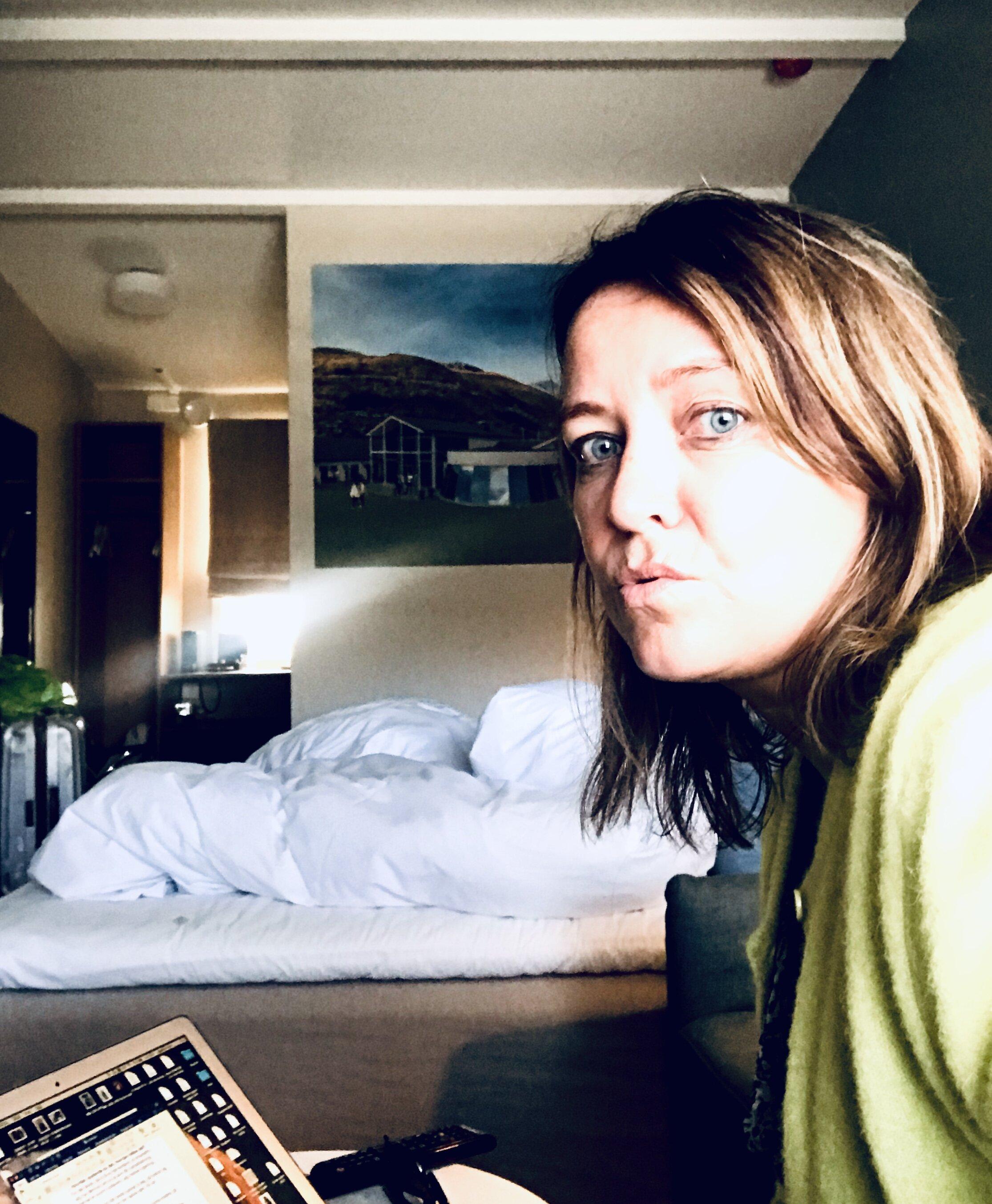 Jeg sitter på et hotellrom i Fevik ved Arendal,  og på telefon svarer jeg på spørsmålene som de to ved Sykehuset i Vestfold har. De lager en podcast om hjerneslag.