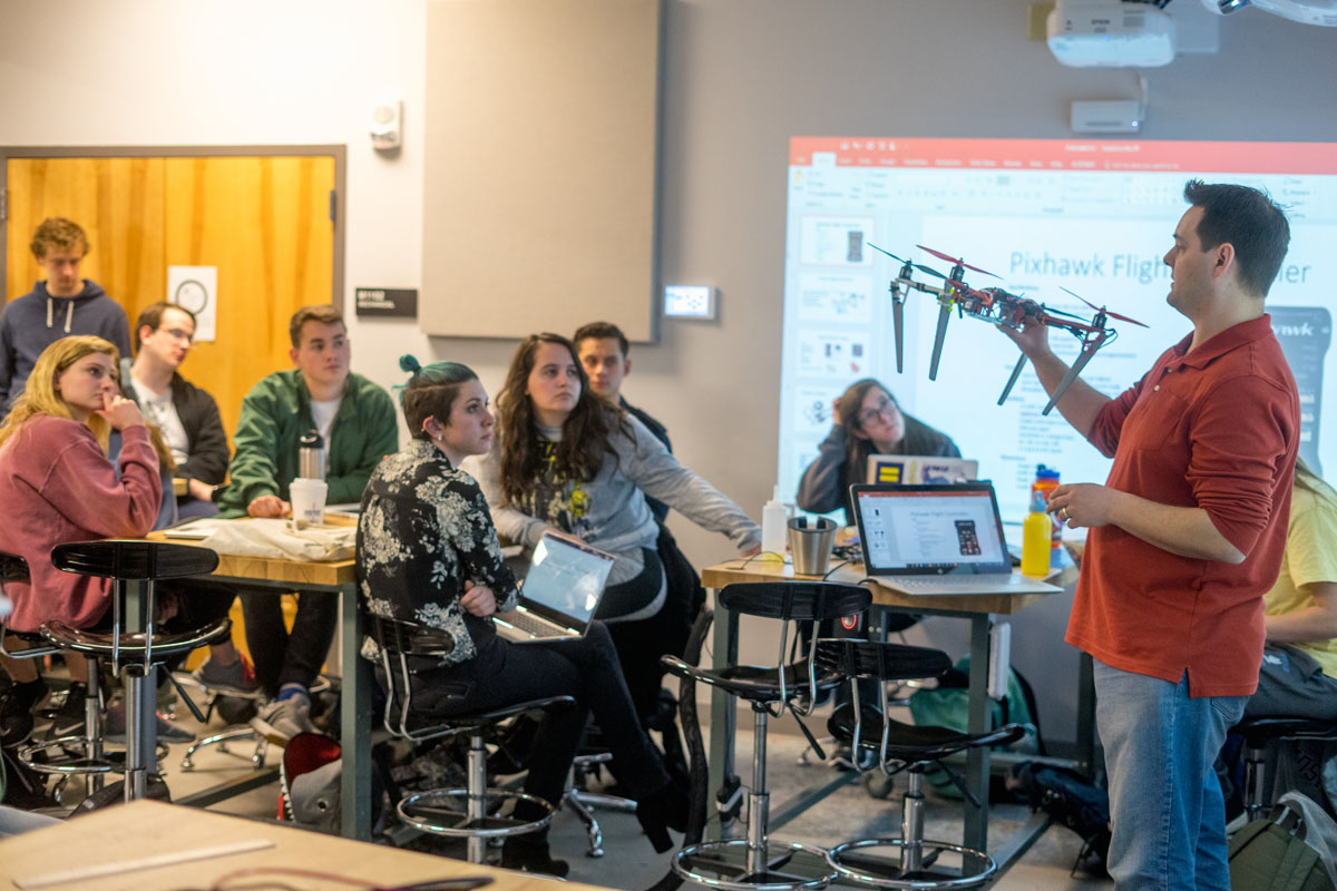 In this educational model, interdisciplinary teams of students and teachers collaborate with government and industry professionals to solve specific challenges. - Image: JMU -X-Labs