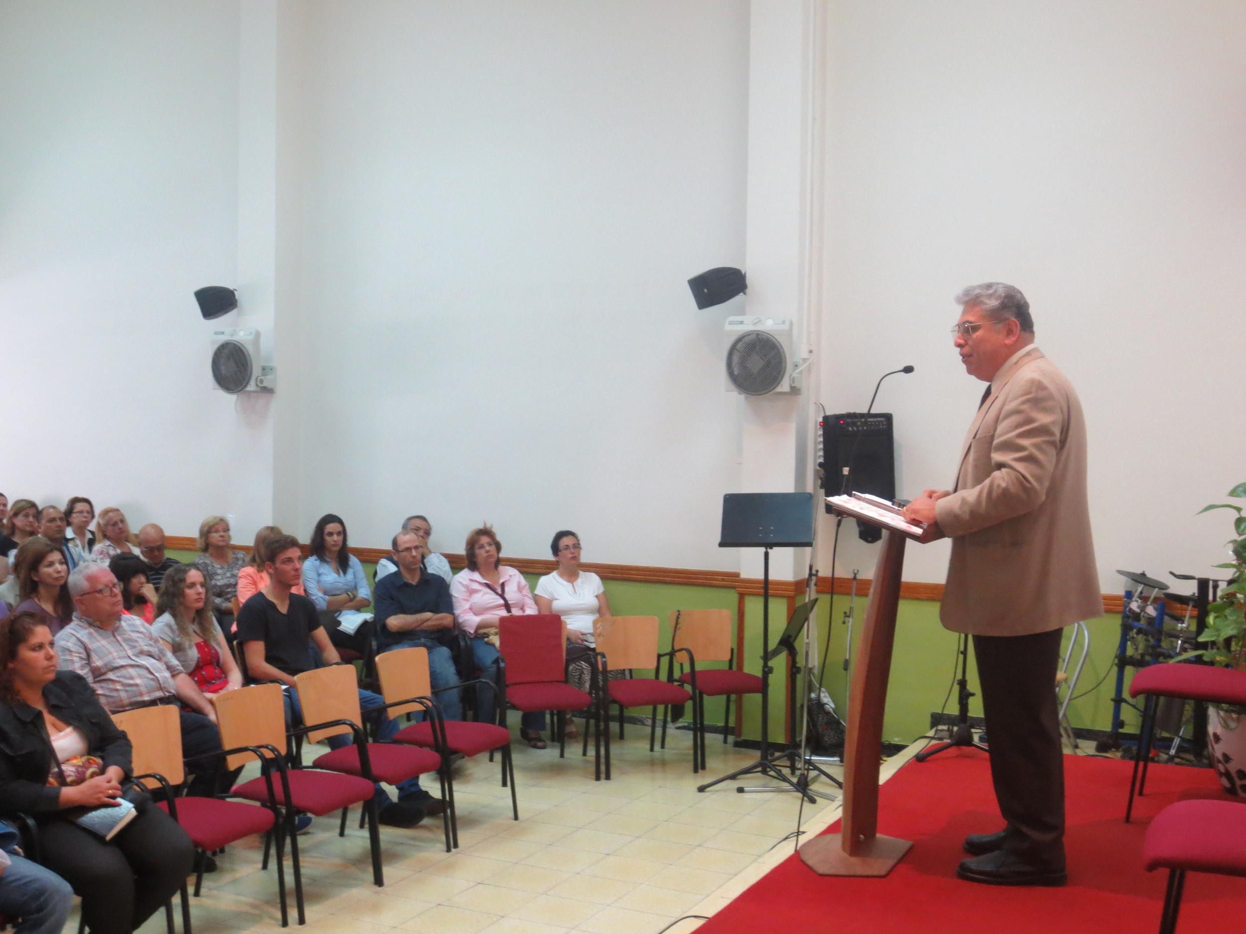 Ofreciendo una conferencia sobre la familia en la Iglesia Cristiana Evangélica del Puerto en la bella ciudad de las Palmas, Gran Canaria, España