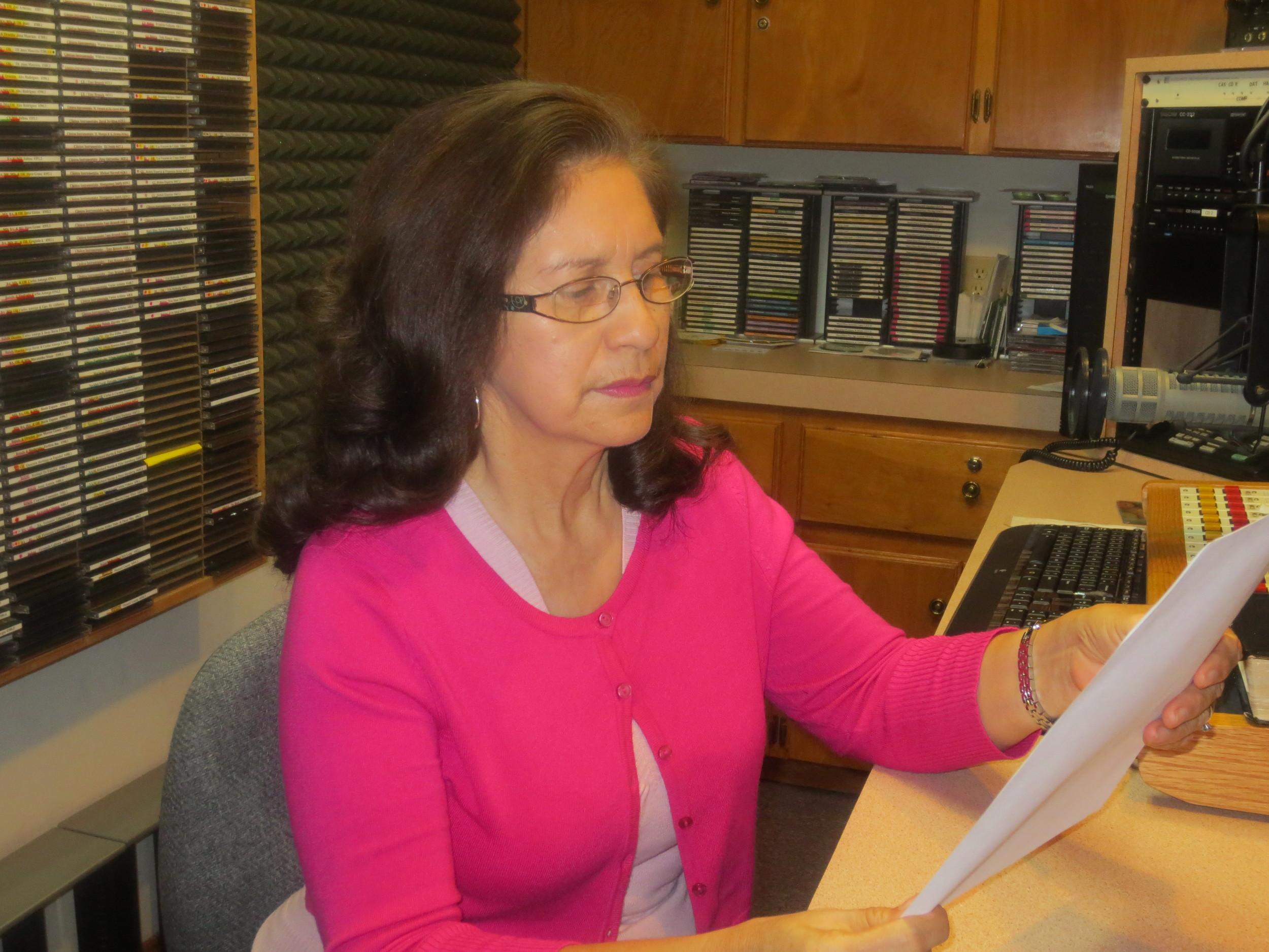 Sra. María Salinas, leyendo correspondencia.
