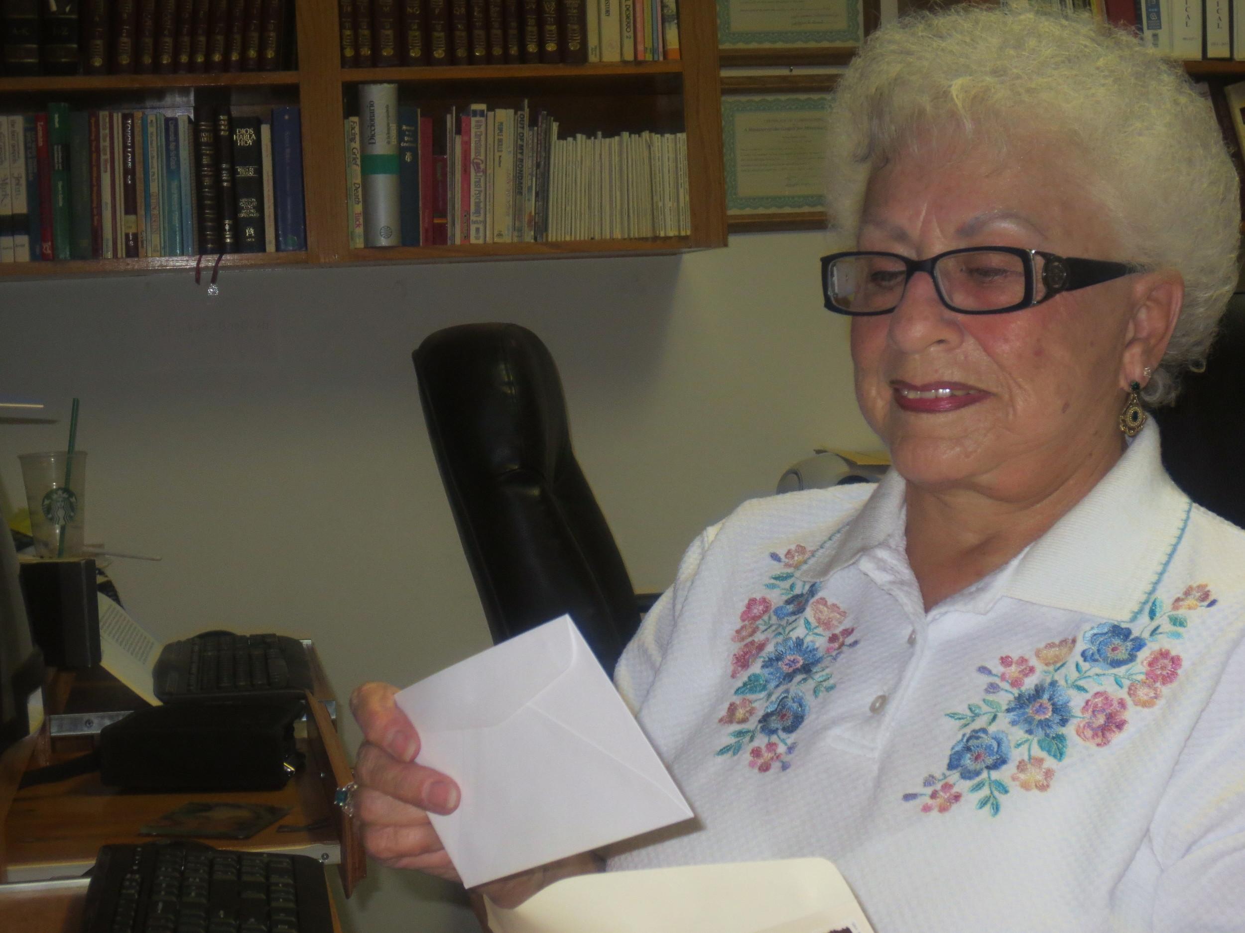 Sra. Shirley Cobbett, ayudando con la correspondencia