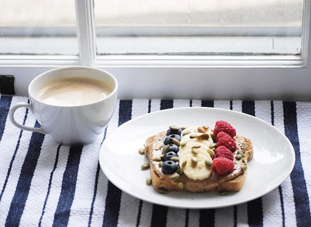Nothing like a hearty breakfast to brighten up a cold winter day 🤗☕️❄️ . . . #yum #cold #winter #december #love #healthy #healthyish #bonappetit #epicurious #food52 #thebest #fruit #coffee #berries #food #waynepa #delish #eatlocal #pretty #colorful