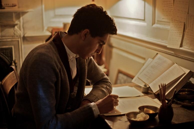 Inhaltsvolle Filmkritik:   •> Video   http://www.faz.net/aktuell/feuilleton/kino/video-filmkritiken/matthew-browns-film-die-poesie-des-unendlichen-14225702.html