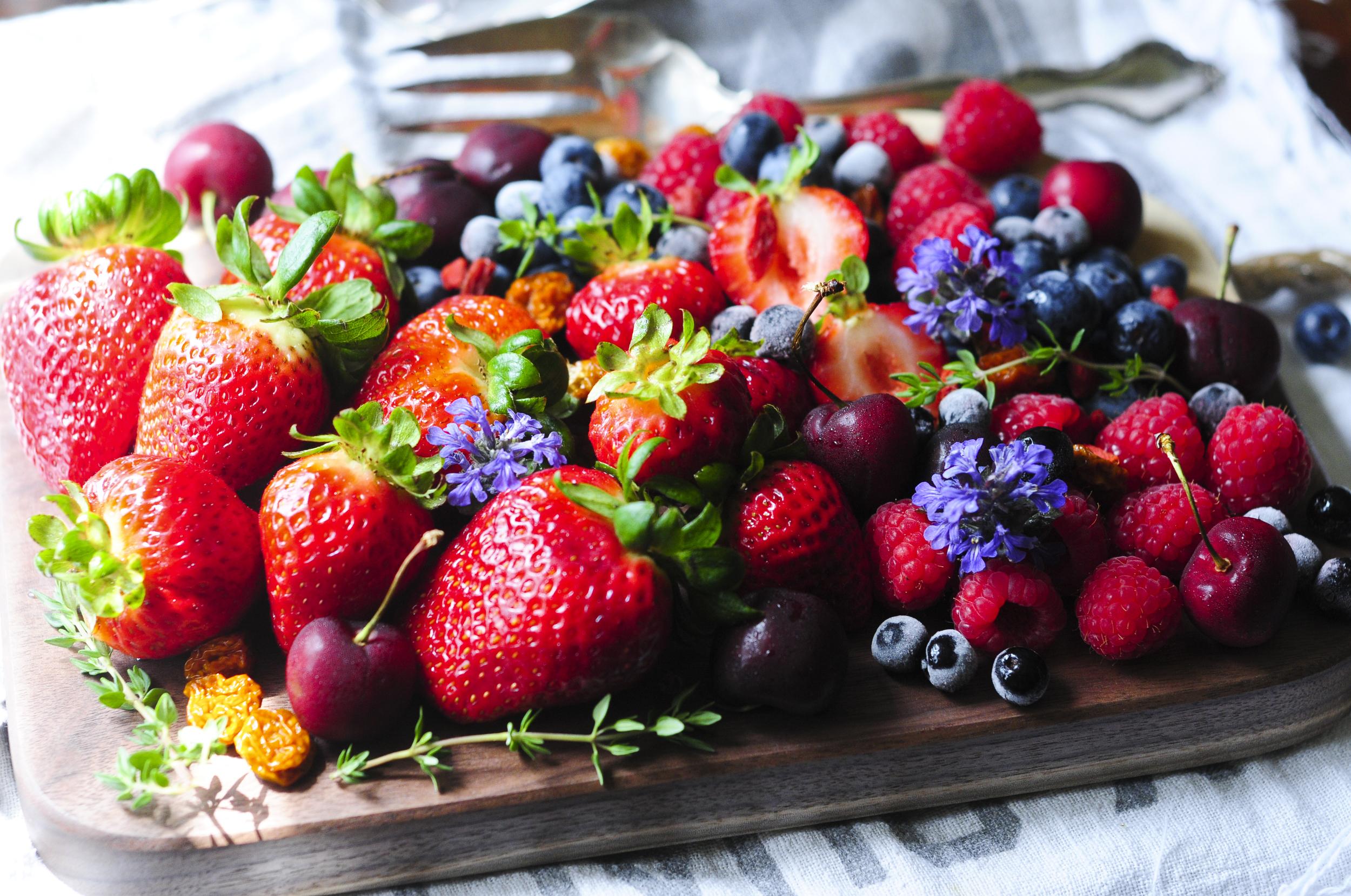 a.big.cutting.board.strawberry.blueberry.raspberry.golden.goji.cherry.fruit.plate.DSC_8761.jpg