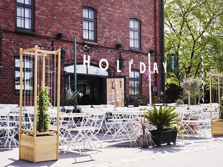 HOLIDAY BAR - Kanavaranta 7Holiday Bar on ravintola, baari ja terassi Katajanokalla. Kanavarannan ykköslomakohde presidentinlinnan vieressä, entisessä makasiinirakennuksessa. Holiday Bar tarjoilee mereneläviä, modernia kasvisruokaa, freesejä drinkkejä, pehmistä ja kaupungin aurinkoisimman terassin.www.holiday-bar.fi