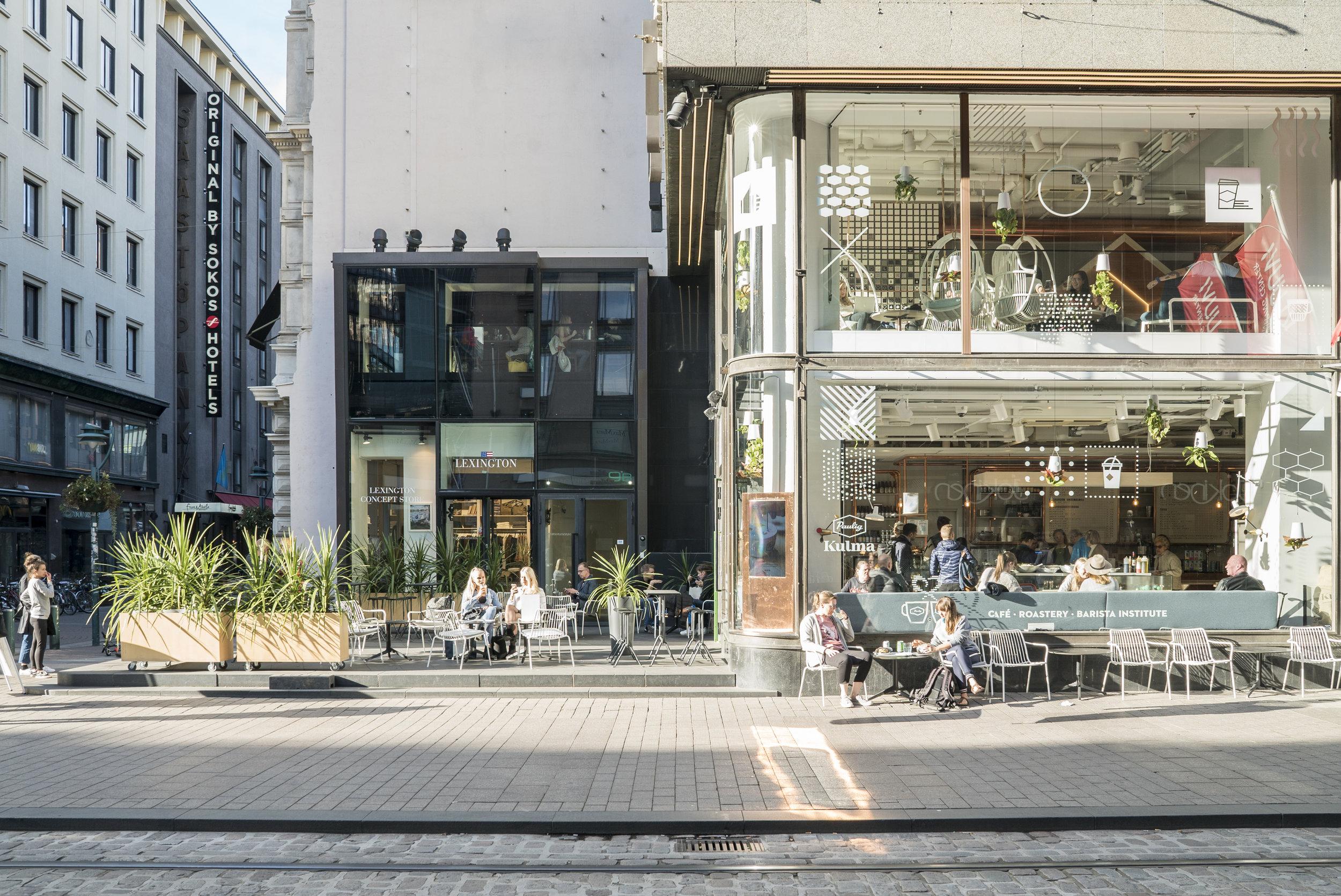 PAULIG KULMA - Aleksanterinkatu 9Paulig Kulma on elämyksiä, ainutlaatuisia kahvinautintoja sekä tyytyväisiä huokauksia. Meillä nautit paikan päällä paahdettua, käsityönä valmistettua kahvia sekä ainutlaatuisia herkkuja. Paulig Kulma on inspiroiva kohtaamispaikka Helsingissä Kluuvin kauppakeskuksessa. Kaiken keskiössä on kahvi, johon suhtaudutaan ilolla ja intohimolla. Kahden kerroksen kahvilan, paahtimon, terassin ja Barista Instituten Paulig Kulmassa on tilaa tavata, tehdä töitä tai vain rentoutua keskellä kaupungin vilinää.www.paulig.fi/kulma