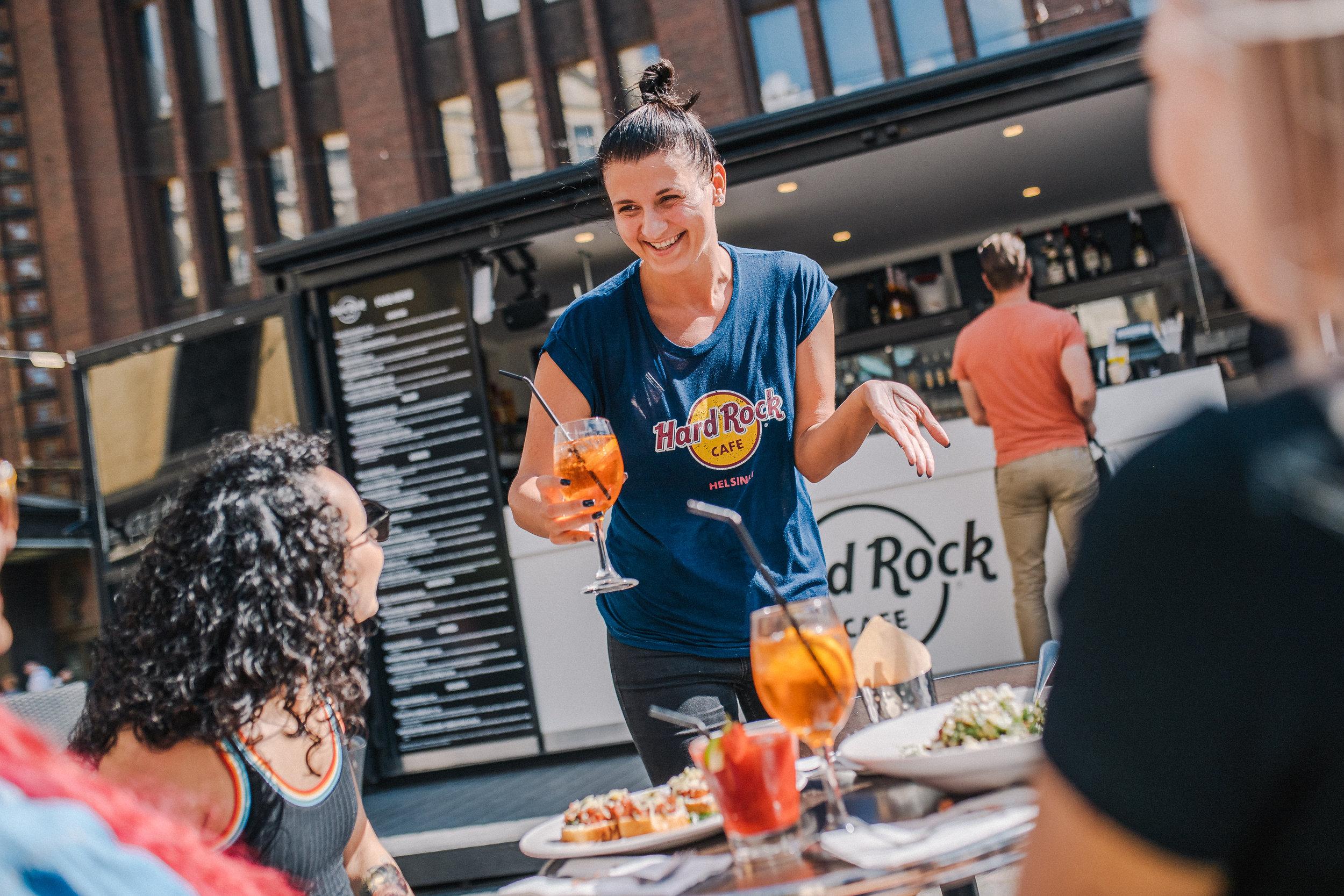 HARD ROCK CAFE - Aleksanterinkatu 21Hard Rock Cafe Helsinki on ravintola ja terassi Kolmen sepän aukiolla, keskellä Helsinkiä. Kesällä tarjoilemme klassisen jenkkiläisen ruuan lisäksi uutta Nordic Menua. Kesän erikoismenulta löydät muun muassa kuhaa kasviksilla, Toast Skagenin, hirviburgerin sekä pohjoismaalaisen version Nizzan salaatista. Laajasta juomavalikoimasta löytyy vaihtoehto jokaiseen makuun ja fiilikseen.www.hardrockcafe.com/location/helsinki/fi
