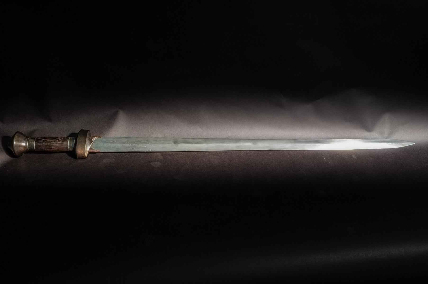 10 Tage Kurs: Schwert aus 2000 Lagen gefaltetem Stahl und aufwendiger Montur.   10 day class: Pattern welded sword with 2000+ layers and comples steel fittings.