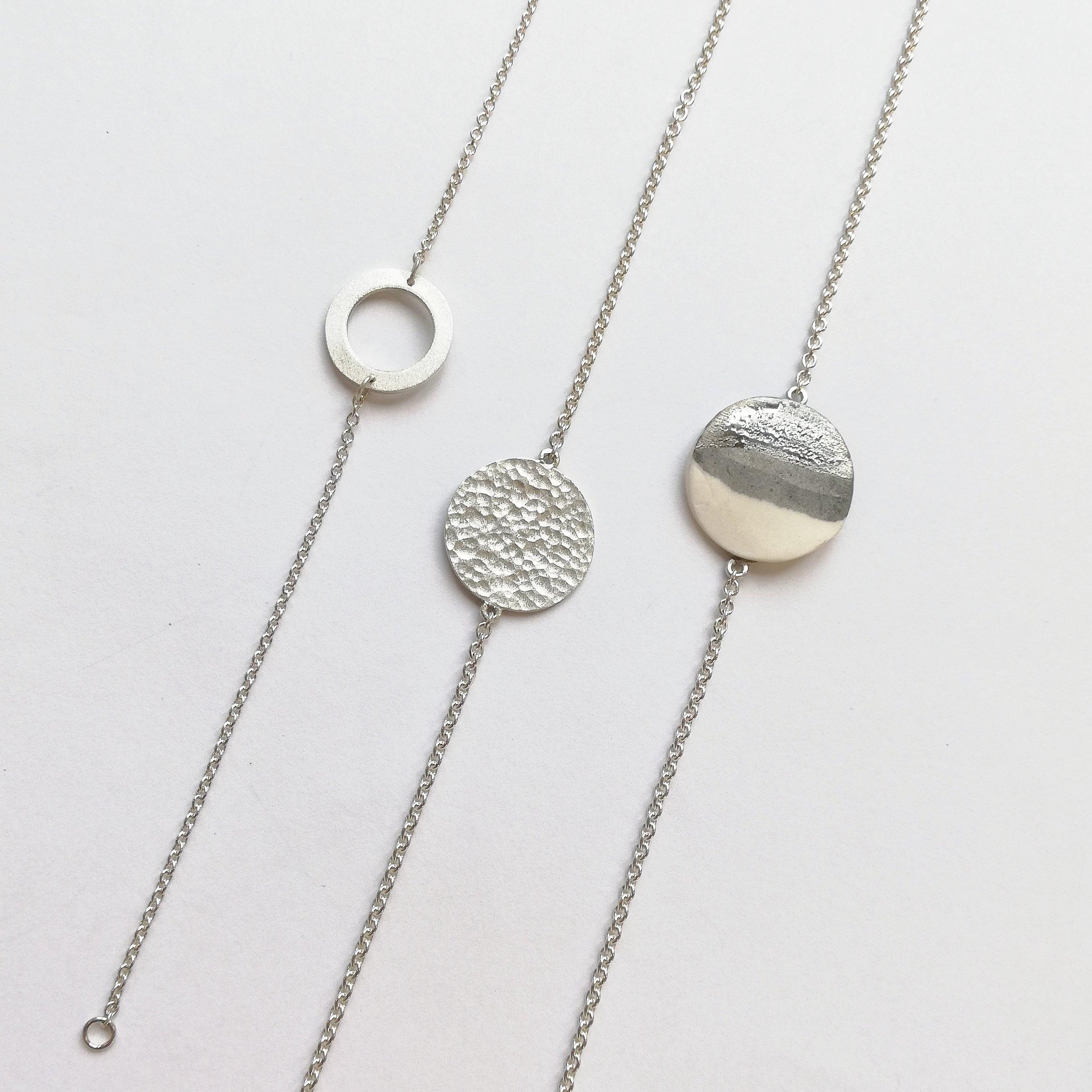 Armband No.2 - Links: Silber 925 / Fr. 65.00Mitte: Silber 925 / Fr. 70.00Rechts: Porzellan mit Platindekor / Silber 925 /Fr. 78.00