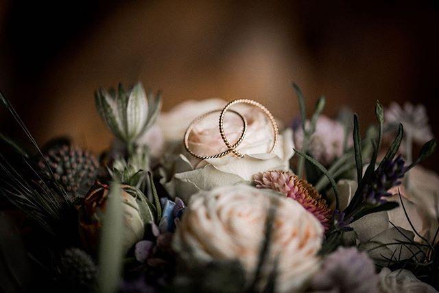 D E T A I L S 🌿 . . . #bohowedding #bohoring #bohoflowers #weddingphotography #weddingphotos #weddingdetailshot #weddingdetails #weddingrings #weddingjewellery #schweizerhochzeit #schweizerhochzeitsfotograf #hochzeitschweiz #hochzeitsfotografschweiz #swissweddingphotographer #swisswedding