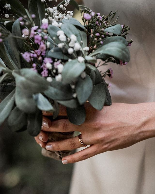 Her ring 🌿 . . . #weddingring #weddingbouquet #weddingdetail #bohowedding #boholove #shesaidyes #junebugwedding #authenticlovemag #twosecretvows #wildhearts #bride #weddingphotography #weddingphotographers #switzerlandwedding #swissweddingphotographer #swisswedding #schweizerhochzeit #schweizerhochzeitsfotograf #hochzeitsfotografschweiz #hochzeitschweiz #zankyou_ch