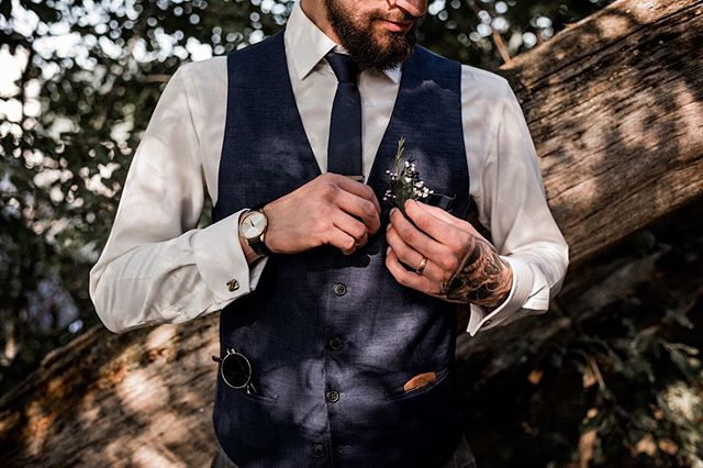 Jede Menge coole und stylische Accessoires 🌿 We loved it🤩 . . . #groom #husbandtobe #stylishgroom #weddingstyles #bohowedding #schweizerhochzeit #schweizerhochzeitsfotograf #hochzeitschweiz #hochzeitsfotografschweiz #swissweddingphotographer #swisswedding #twosecretvows #junebugwedding #lookslikefilmwedding