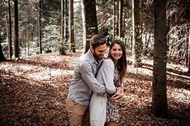 Wir lieben Outdoor-Shootings. Eine schöne Waldlichtung und es entstehen solche Bilder. 🤩 . . . #coupleshooting #couple #lovebirds #belovedstories #loveandwildhearts #twosecretvows #outdoorshooting #autumnshooting #heyautumn #forestshooting #couplegoals