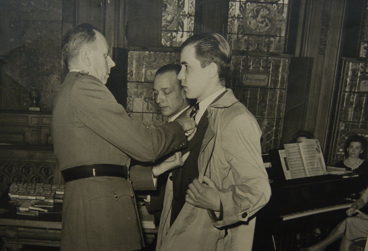 Au sortir de la guerre, Guy Bricteux s'est vu décerner plusieurs médailles pour faits de résistance, à titre personnel, mais également au nom de sa mère Guillemine Barnich (à titre posthume).