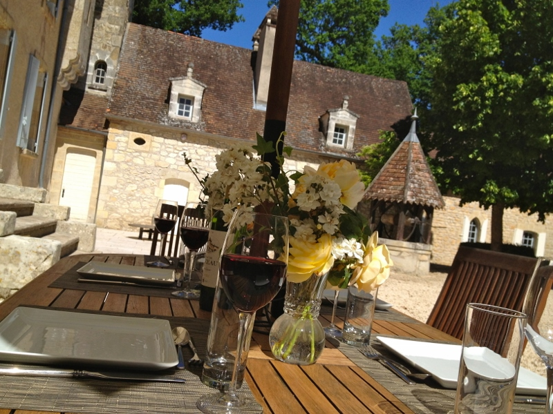 HOME table outdoor 800 x 600.jpg