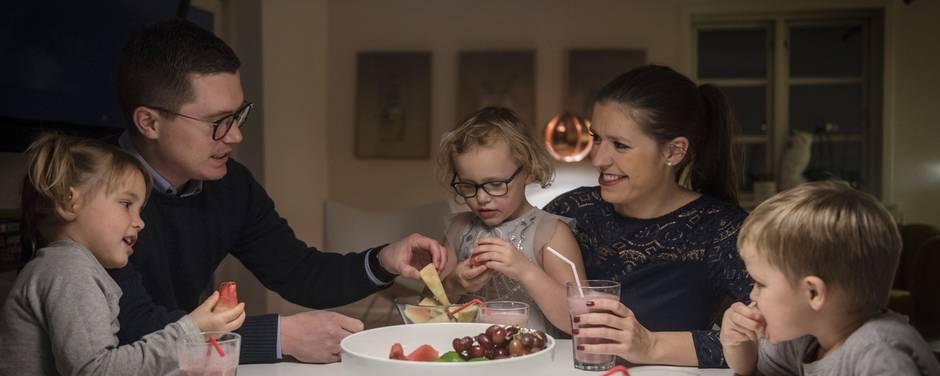 Da Steffan og Tina Holm gik konkurs i 2012 skiftede de livsstil fra sommerferie i Italien til ikke at have råd til vinterstøvler til børnene. De har siden da kæmpet for at komme på fode og holde sammen undervejs. Foto: Joachim Ladefoged