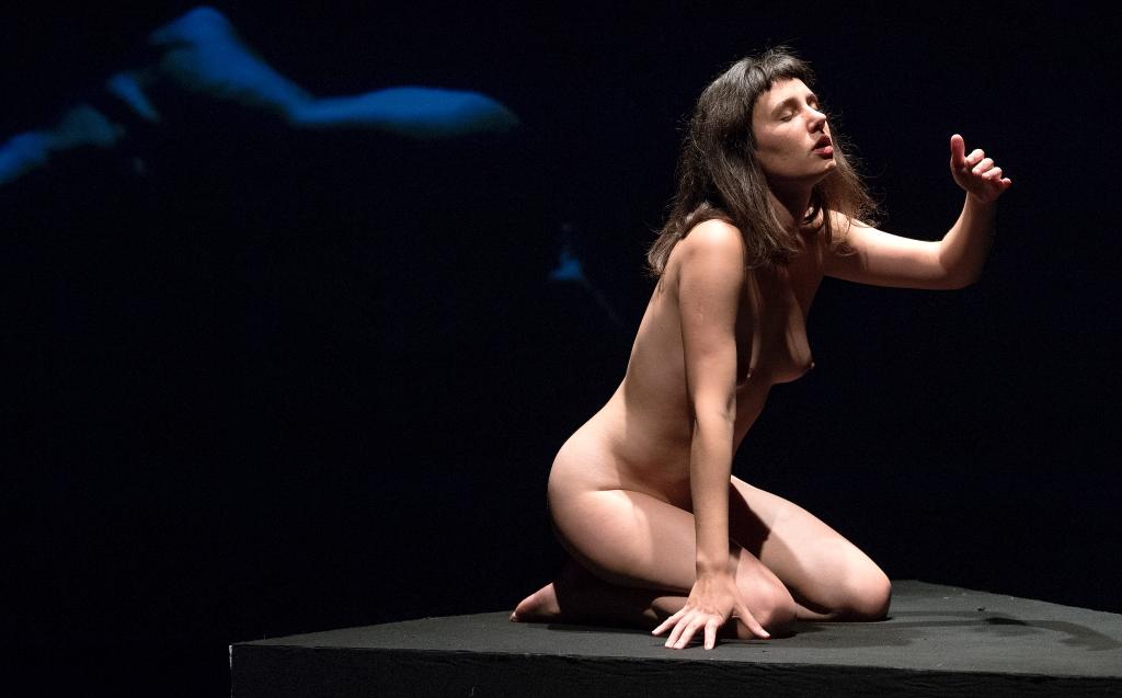 """På lørdag åbner Teater Nordkrafts forestilling """"Sex in Situ"""", der har som mål at finde et nyt og naturligt sprog om seksualitet. NORDJYSKE var med til de sidste prøver."""