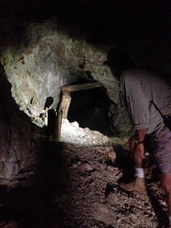 Postes de madera usados en el siglo pasado para reforzar el techo de los túneles.