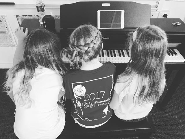 What better way to spend the school holidays than huddled around the Piano creating a new song with friends? 😍🤩 • • • • •  #WCMSHolidayWorkshop2019 #LOVEthispic #music #musicworkshop #kidsmusic #musicschool #musicschoolperth #musicisfun