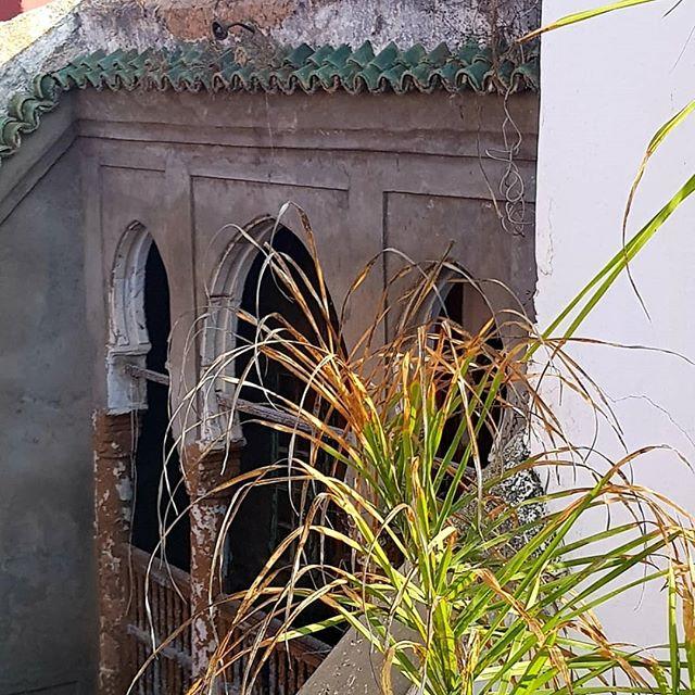 """Descubrimos este """"Antes"""" asomándonos desde la terraza de nuestro pequeño riad en el zoco de Rabat. El """"Después"""" es el propio Riad como ejemplo de lo que se podría hacer con la casa vecina abandonada. #avecesveocasas #casasabandonadas #querehabilitariaya #avecesveohastahoteles #decolife #antesydespues #homestaging #medinaderabat #pequeñosalojamientosconencanto #enelsiguienteelinterior!"""